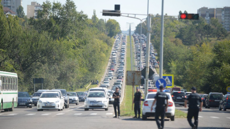 Se înregistrează ambuteiaje în Capitală! Agenţii de circulaţie asigură buna desfaşurare a circulaţiei rutiere