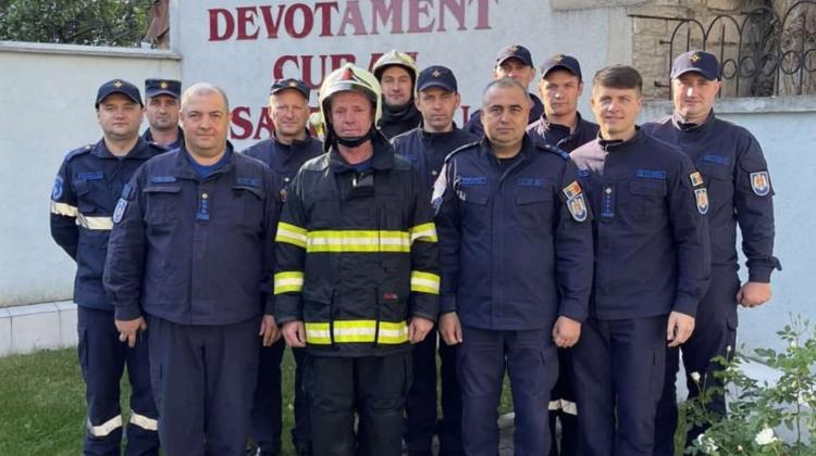 VIDEO Pompier IGSU, scăldat în jeturi de apă. Bărbatul și-a dedicat 25 de ani din viață serviciului
