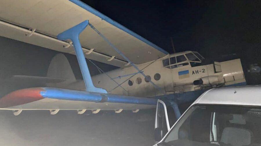 FOTO Un avion plin cu țigări de contrabandă la Edineț! Polițiștii moldoveni de frontieră i-au reținut pe trei