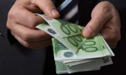 """""""Șeful"""" permiselor de conducere de la Florești. A luat aproape 1 000 de euro, iar CNA l-a încătușat"""