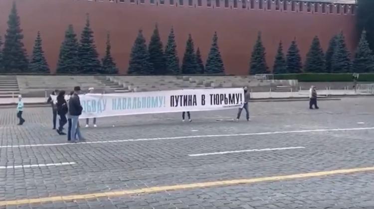 """VIDEO """"Libertate lui Navalnîi! Putin la închisoare!"""". Câțiva activiști civici au protestat în Piața Roșie din Rusia"""