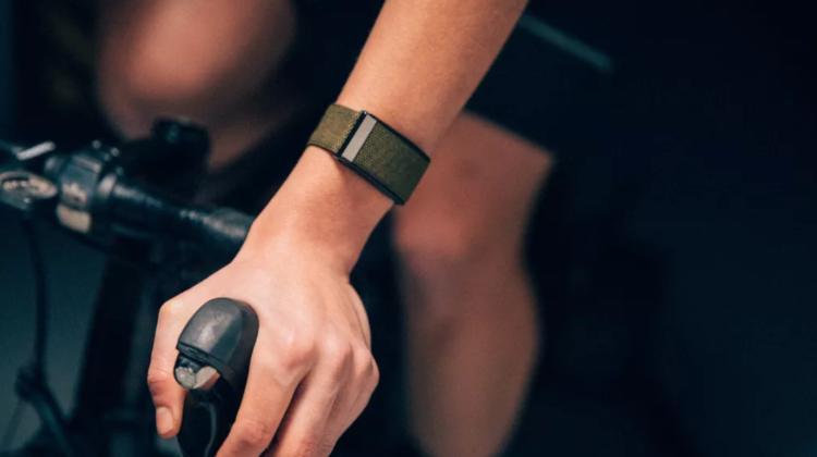 A apărut brățara de fitness smart cu o baterie revoluționară: ce legătură are cu Tesla