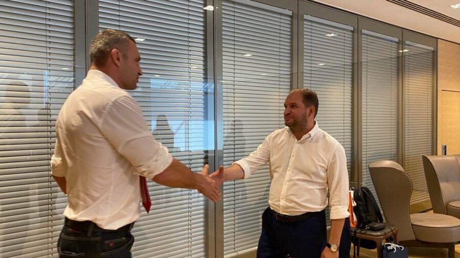 FOTO A fost în România, acum e în Ucraina! Ion Ceban a dat mâna cu Vitalii Kliciko și a primit un cadou neobișnuit