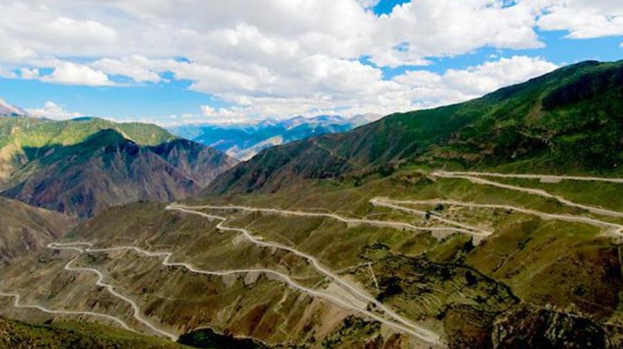 FOTO Îți taie respirația! Vezi cum arată cele mai periculoase drumuri din lume. Transfăgărășanul este în top