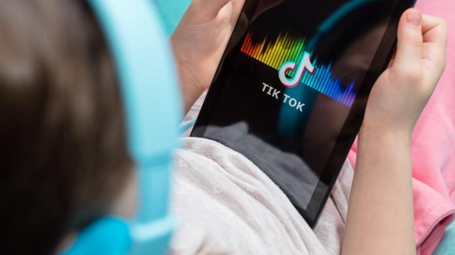 Copiii sunt în pericol! Fără să vrei, platforma de TikTok îi expune la conținut sexual și droguri