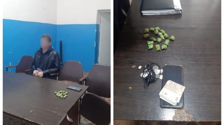 FOTO Substanțe interzise, depistate asupra a doi tineri din Capitală. Unul dintre ei era minor