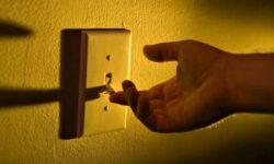 VIDEO Moldovenii consumă cu mult mai multă energie electrică față de europeni! Sistemul care te ajută să economisești