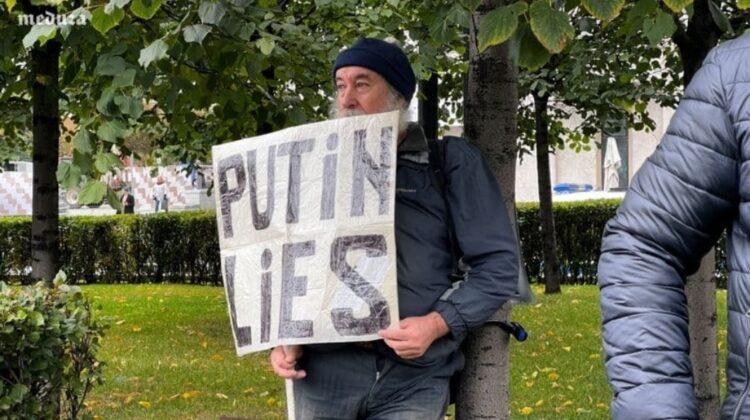"""FOTO, VIDEO Protest la Moscova! Poliția a pus să cânte: """"Дядя Вова, мы с тобой"""". Un participant s-a legat de copac"""
