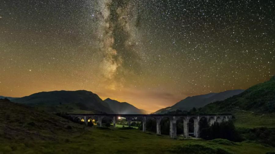 Fotografie spectaculoasă cu Calea Lactee, surprinsă deasupra unui viaduct din Scoția celebru în filmele cu Harry Potter
