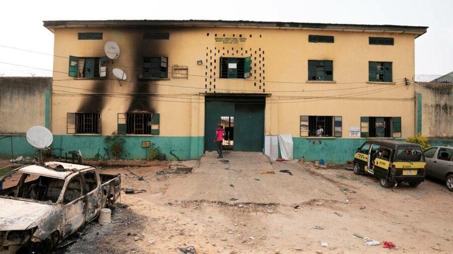 O grupare armată a spart o închisoare din Nigeria, iar zidurile au fost aruncate în aer! 266 de deținuți eliberați