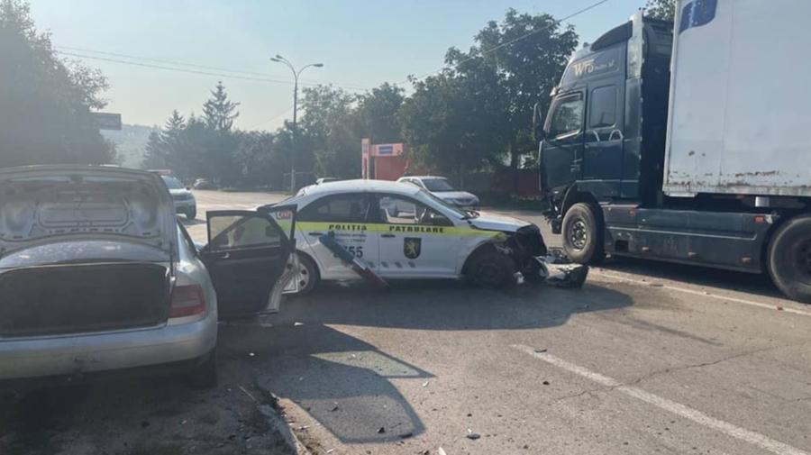 FOTO Trei unități de transport, implicate într-un accident la Briceni. Un polițist de patrulare, transportat la spital