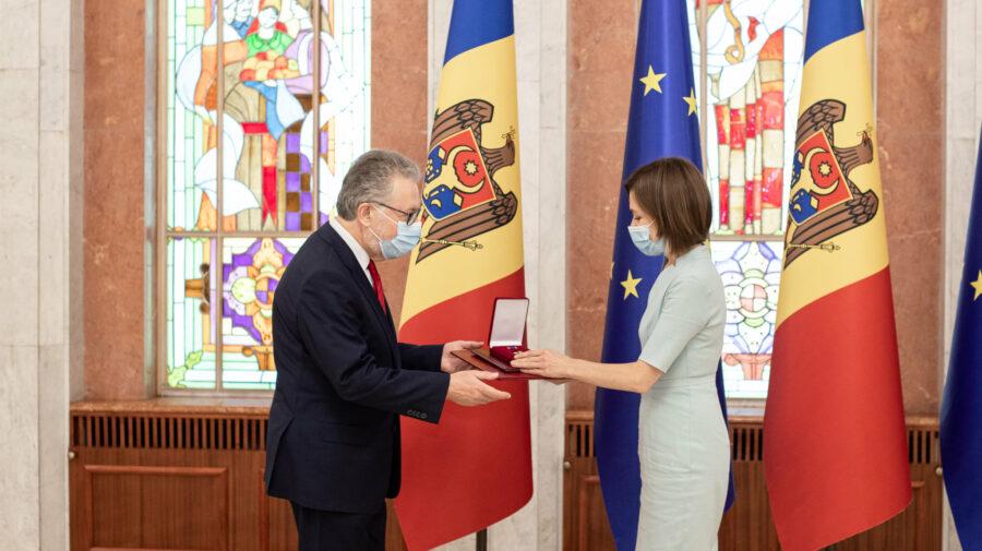 FOTO A inspirat-o Nicu Popescu? Maia Sandu i-a oferit Ordinul de Onoare ambasadorului Franței la Chișinău