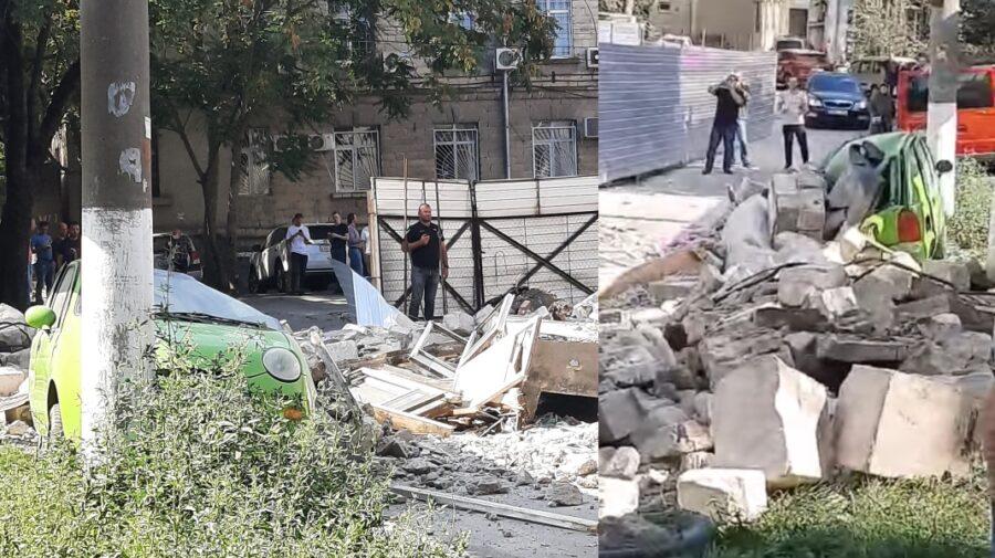 FOTO/VIDEO Un perete al fostului restaurant Sănătate, căzut peste o mașină. Un excavator, surprins la fața locului