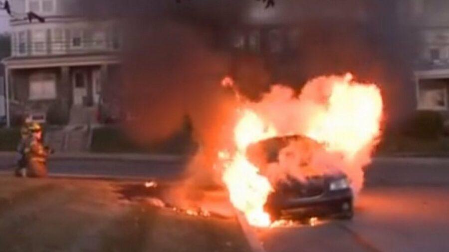 O mașină, cuprinsă de flăcări la Bălți. Pompierii au reușit să prevină arderea completă a automobilului
