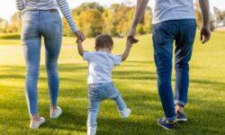 Bine de știut pentru părinți! Modul de calcul al indemnizaţiei lunare pentru creşterea copilului