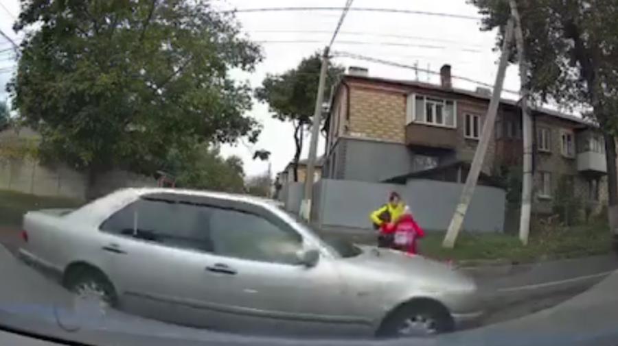 VIDEO De două ori pe aceeași greblă. O femeie, împreună cu copilul său, la un pas de a fi accidentate de o mașină