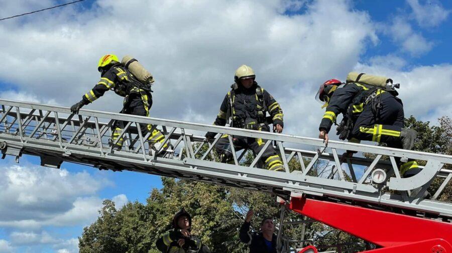 GALERIE FOTO Intervenția pompierilor la lichidarea incendiului din Capitală. Au intervenit opt echipaje ale IGSU