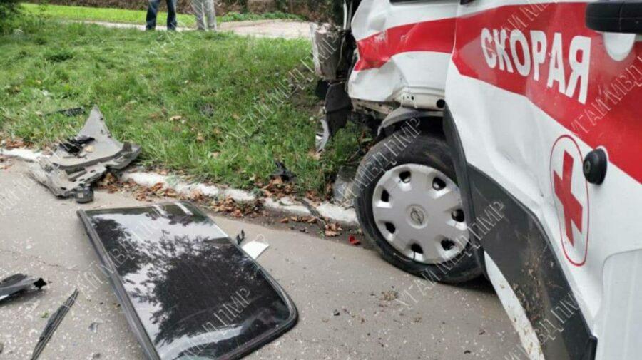 FOTO O mașină și o ambulanță s-au ciocnit violent, la Rîbnița. Un minor se află la spital în stare extrem de gravă