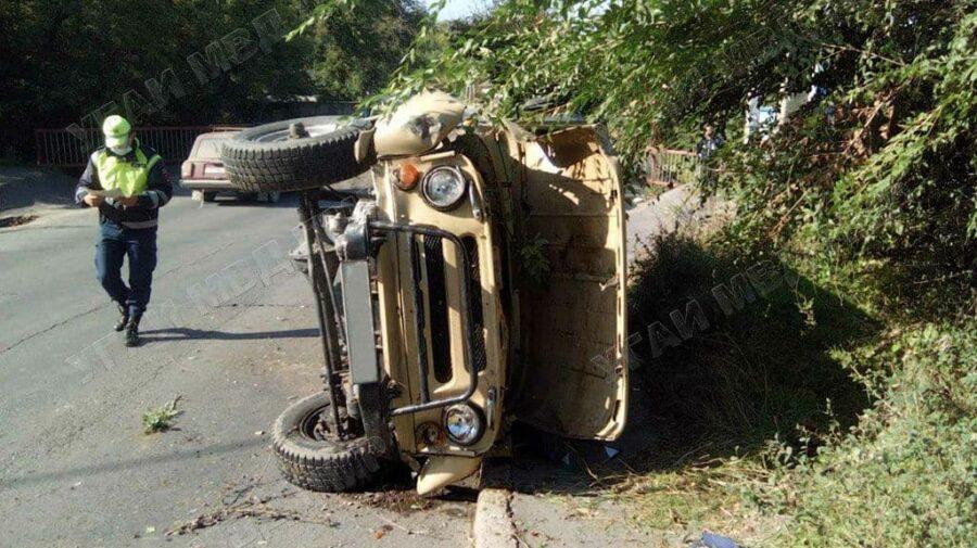 FOTO Accident în orașul Rîbnița. Un bărbat a ajuns la spital după ce s-a tamponat cu mașina într-un stâlp de beton