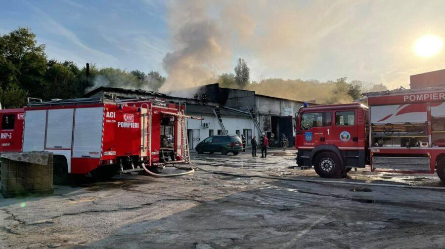 Alertă de dimineață în Capitală! Fum dens ieșea din interiorul unui depozit. 11 autospeciale de pompieri au intervenit
