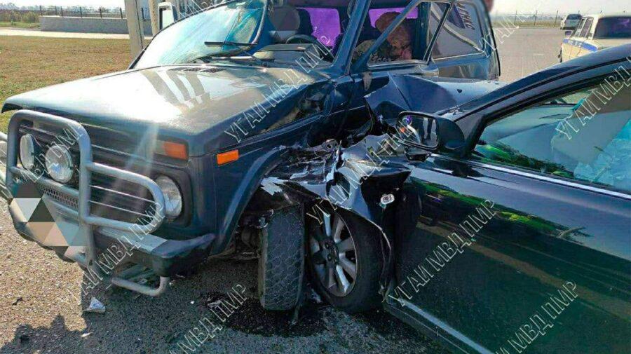 FOTO Două mașini s-au ciocnit violent la Tiraspol. Șoferul și o pasageră au avut nevoie de îngrijiri medicale
