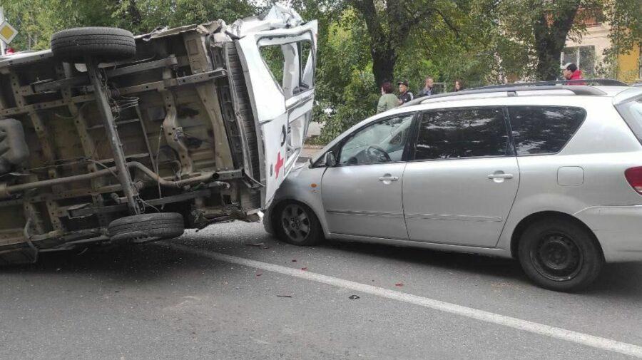 FOTO O ambulanță, o Toyota și un SUV nu au încăput într-o intersecție. Transportul medicilor s-a răsturnat