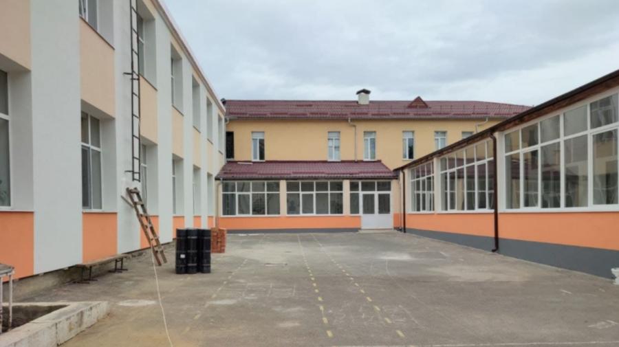 FOTO Cutasevici, în vizită la două licee din Capitală. A inspectat lucrările de reabilitare termică a clădirilor