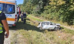FOTO A supraviețuit ca prin minune după ce a ajuns cu mașina în șanț. Unitatea de transport, grav avariată