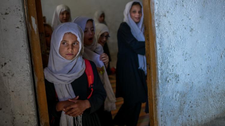 În Afganistan s-au redeschis colegiile și liceele, însă numai pentru băieți. Femeilor afgane li s-au anulat drepturile