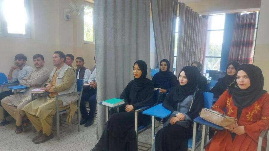 FOTO Studenții și studentele din Afganistan sunt despărțiți de o draperie. Reguli noi care trebuie respectate