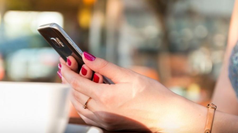 O femeie este acuzată de CRIMĂ. A aruncat cu telefonul în iubitul ei, în timpul unei cerți
