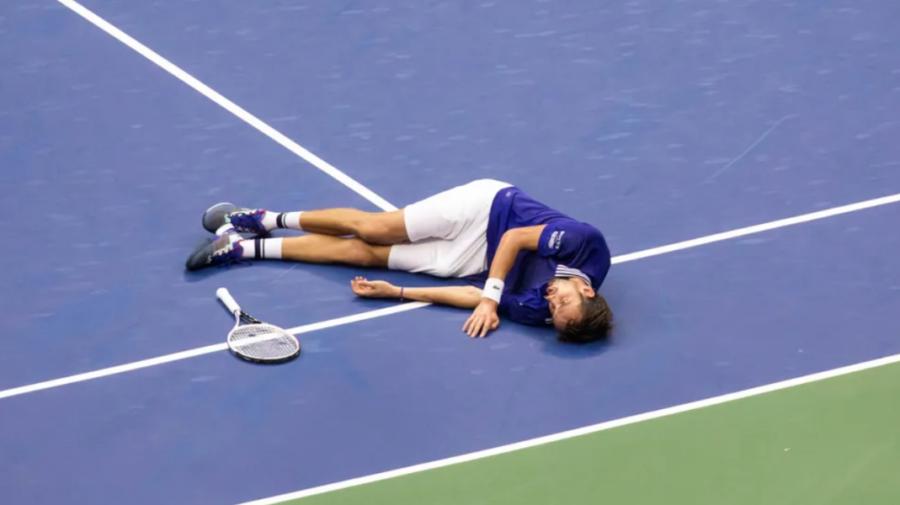 """VIDEO Un tenismen a căzut brusc după victorie! Ce s-a întâmplat și de ce""""doar legendele vor înțelege""""?"""