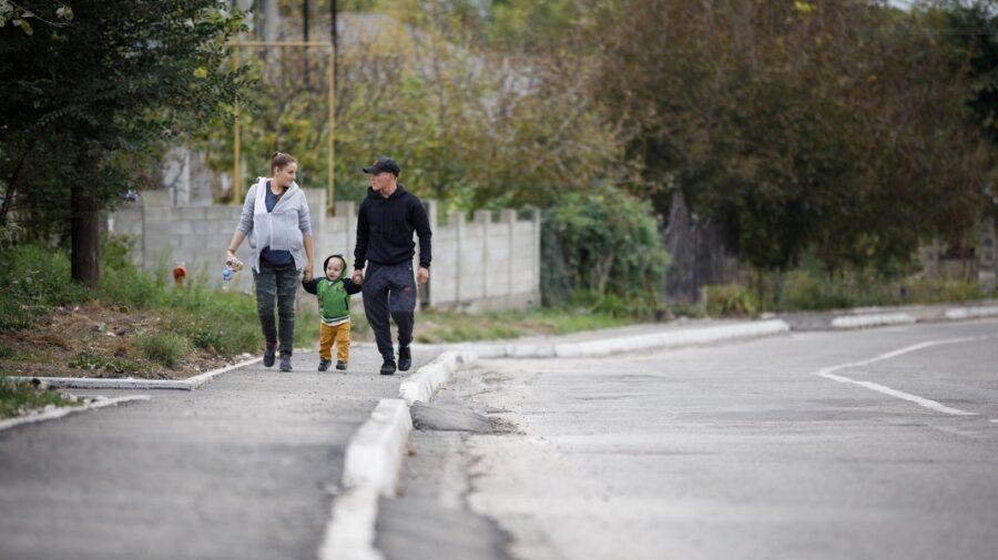 FOTO Trotuare noi pentru locuitorii din Budești! Au fost construite printr-un proiect de peste 100 de mii de dolari
