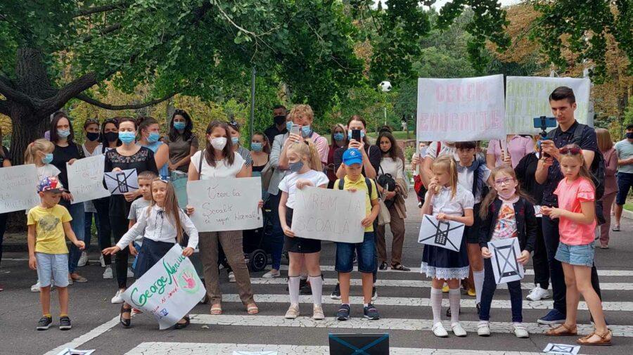 """GALERIE FOTO de la protestul de la Guvern! Copiii țin în mâini pancarte cu mesajul """"Vrem la școală!"""""""