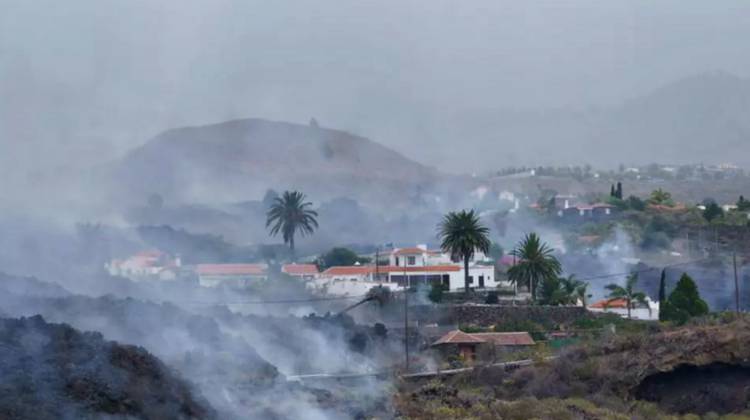 Filmare spectaculoasă cu drona: momentul în care lava vulcanului din La Palma înghite o piscină