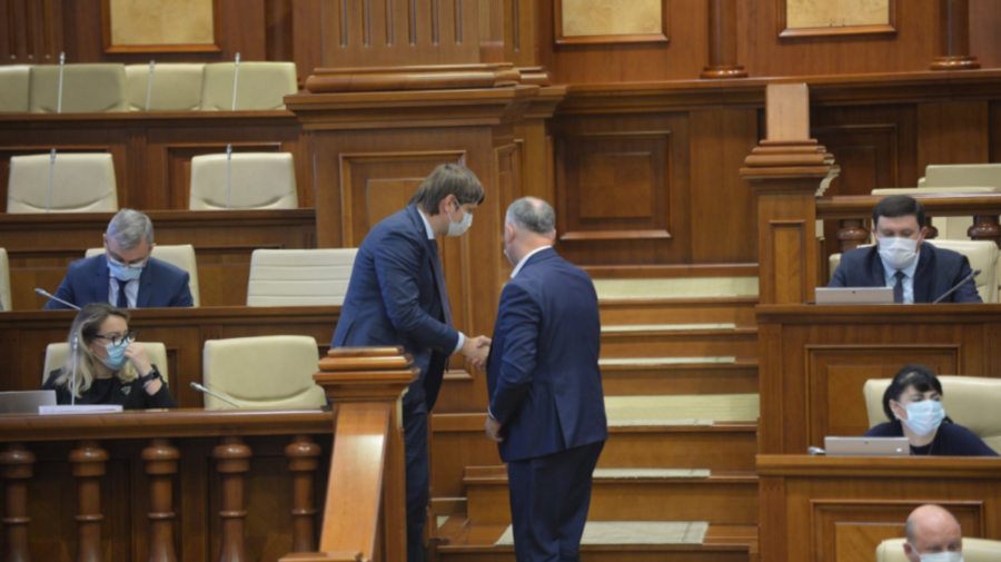 IMAGINEA ZILEI Andrei Spînu și Igor Dodon surprinși la sfat în Parlament