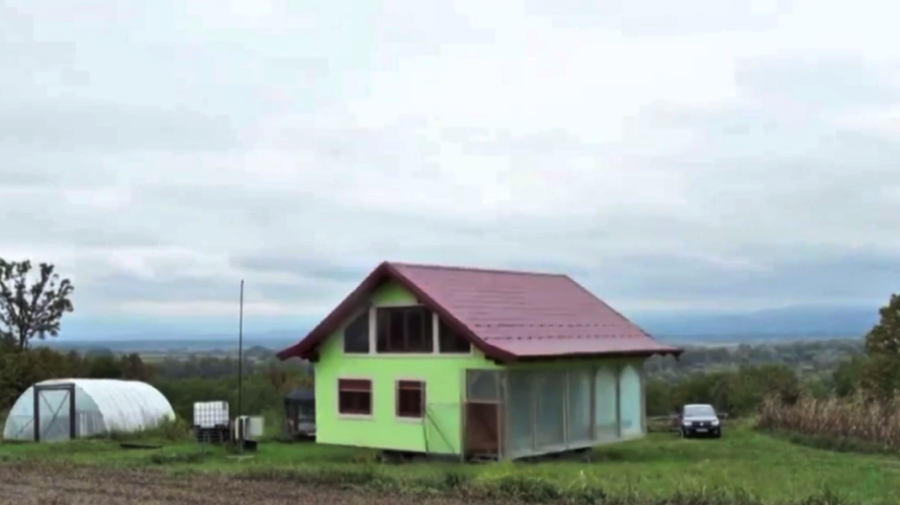VIDEO Ingenios! Un bosniac a construit pentru soția sa o casă care se rotește. Acum priveliștile se schimbă!