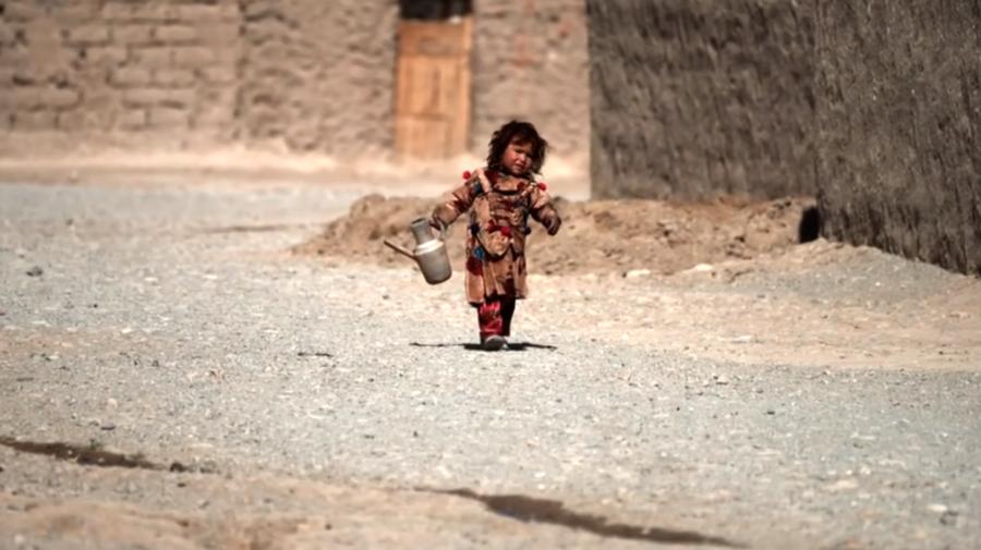 Imagini VIDEO care vă pot afecta emoțional! O fetiță afgană a fost vândută cu 500 de dolari de către familia înfometată
