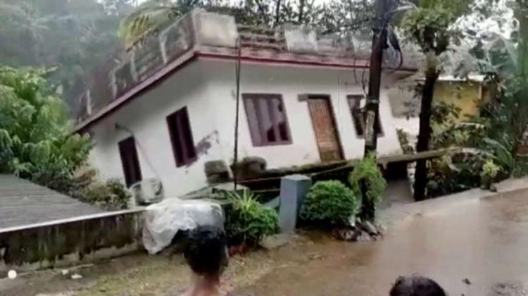 VIDEO Dezastru în India! Inundații și alunecări de teren: 35 de morți, iar corpul unui copil a fost scos din moloz