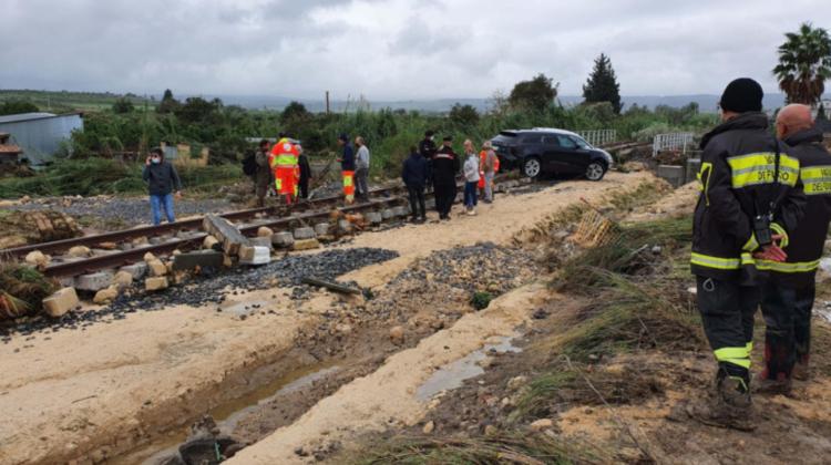 Inundații și alunecări de teren în sudul Italiei. Traficul feroviar și aerian, suspendate