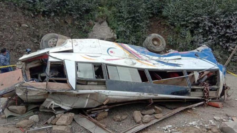 Cel puțin 25 de persoane au murit după ce autobuzul în care se aflau a căzut într-o prăpastie, în Nepal