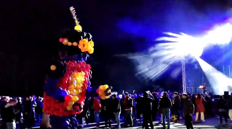 VIDEO Musk a deschis controversata fabrică Tesla la Berlin cu o petrecere de mii de oameni. Au cântat și dansat roboți!
