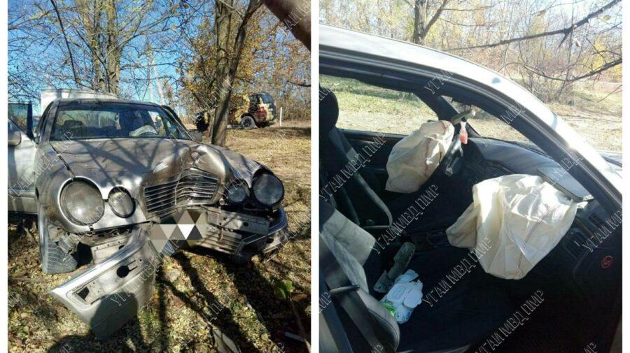 FOTO O mașină s-a tamponat într-un copac, în stânga Nistrului. Un copil minor și părinții lui, transportați la spital