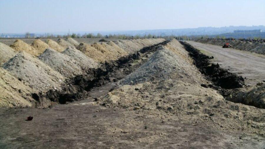 Nu mai reușesc să sape gropi! O localitate din România copleșită de numărul de decese, a închiriat un excavator