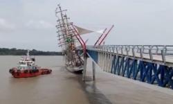 VIDEO Accident neordinar pe apă. O barcă cu pânze a intrat într-un pod, iar nava de salvare s-a cufundat