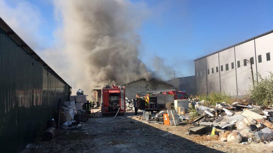 Alertă! IGSU a dublat autospecialele și pompierii, implicați în lichidarea incendiului de la depozitul din Capitală