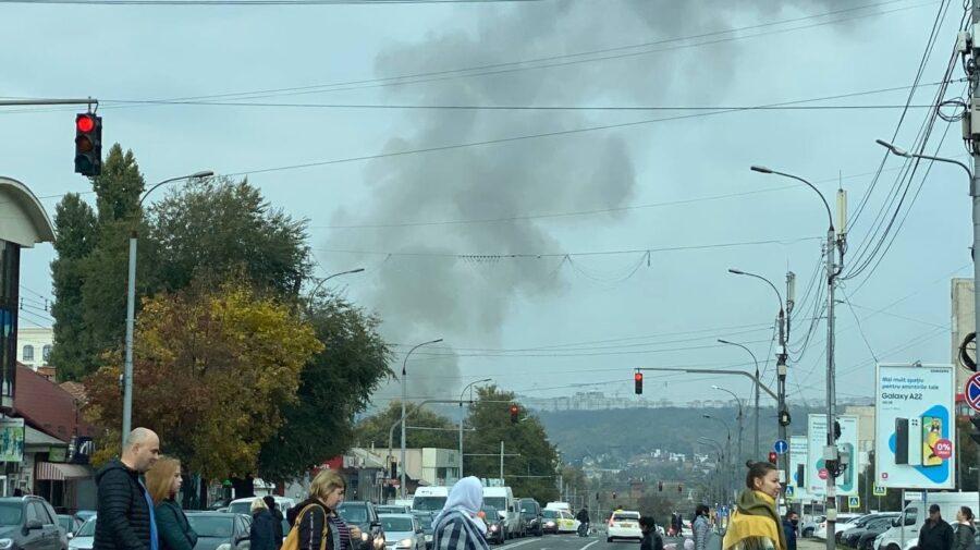 FOTO Fum negru în Capitală. Acoperișul unui atelier de poligrafie, cuprins de flăcări. Pompierii la fața locului