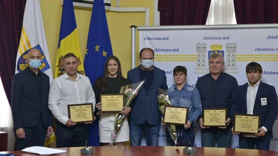 VIDEO Aplauze, premii bănești și diplome pentru campionii mondiali! Municipalitatea le-a mulțumit și antrenorilor