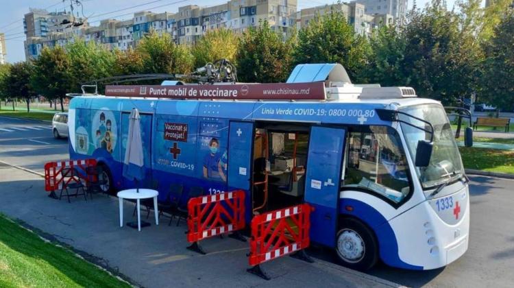 Vrei să te vaccinezi împotriva COVID-19? Adresele unde staționează astăzi troleibuzul și autobuzul